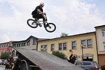 Freestylová show rožnovských bikerů byla součástí programu k zahájení Týdnů duševního zdraví, které pořádá obecně prospěšná společnost Iskérka Rožnov.