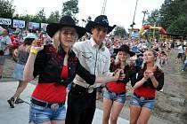 Součástí festivalu jsou také doprovodné akce. Na snímku je ukázka country tanců.