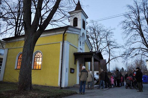 VKrhové uValašského Meziříčí oslavili 1.ledna 2013vpodvečer příchod nového roku a zároveň získání samostatnosti pro svou obec také mší vmístní kapličce.