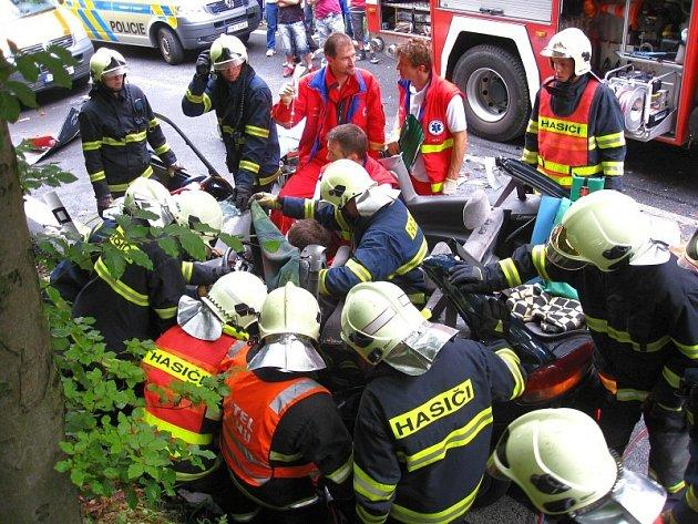 Pomoc hasičů a zdravotníků po nehodě u Prlova