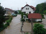 Rožnovská Bečva ve Valašském Meziříčí zaplavila centrum města