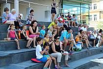 V pořadu Čtení v knihovně přečetla dětem v úterý 1. srpna 2017 ukázky z pohádek Kateřina Mrlinová.