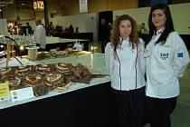 Ivana Trokáčová (vpravo) a Veronika Matějíčková. Nové cukrářské mistryně světa.Úspěchu dosáhly tyto žákyně SOŠ Josefa Sousedíka Vsetín na mezinárodní soutěži Culinary World Cup 2014 v Lucembursku.