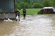 Velká voda potrápila hasiče 22. května 2019 v Huslenkách. Pod vodou byla část silnice, voda se rozlila do zahrad i za místní prodejnu Jednota.