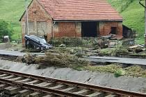 RÁNO ODKRYLO POVODŇOVÉ ŠKODY. Spojnice Valašska s Novojičínskem se včera ocitla zcela pod vodou. Nejhorší situace byla v Hodslavicích.