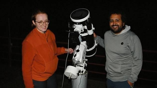 Camille Laundri a Diego Nicolás Calderón Espinoza u dalekohledu pro pozorování noční oblohy během studijního pobytu ve Hvězdárně Valašské Meziříčí; září 2021