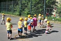 Během závěrečného dne projektu Školky v pohybu, který organizuje Středisko volného času Domeček ve Valašském Meziříčí a místní oddíl atletiky, se v úterý 11. června 2019 zapojilo na čtyři sta dětí z meziříčských mateřinek.