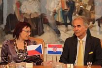 Velvyslanec Chorvatské republiky J. E. Frane Krnić (vpravo) navštívil v pátek 14. června 2013 město Vsetín. Starostka města Iveta Táborská (vlevo) jej přijala v zasedací síni Staré radnice.