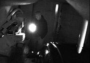 Snímky, které zachycují nezvaného hosta v garáži ve vsetínské Ohradě získali policisté už v listopadu 2016. O pomoc s identifikací muže žádají veřejnost; Vsetín, středa 26. dubna 2017