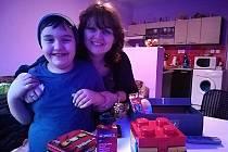 Vánoční krabice od bot udělaly radost mnoha dětem. Například v Azylovém domě pro ženy a matky s dětmi ve Vsetíně se z dárku radoval  šestiletý Daniel.