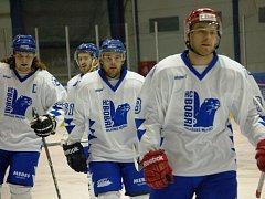 Hokejisté Valašského Meziříčí (bílé dresy) prohráli s Novým Jičínem 1:2.