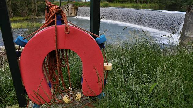 Záchranné prvky umístěné u velkého Bradovského jezu na Vsetínské Bečvě v Hovězí na Vsetínsku.