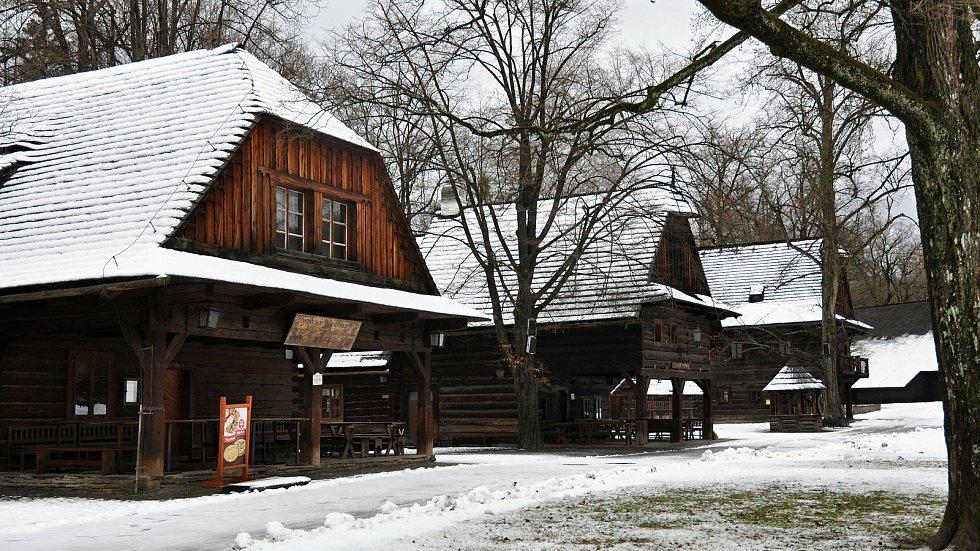 Areál Dřevěné městečko ve Valašském muzeu v přírodě v Rožnově pod Radhoštěm; 30. ledna 2021