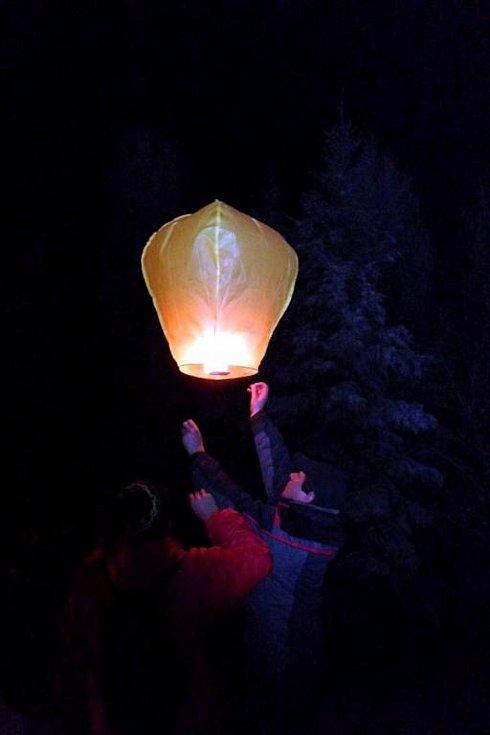 Ve Francově Lhotě se řada lidí vydala na Silvestra k rozhledně na Čubově kopci. Nový rok přivítali společně u zapálené vatry.