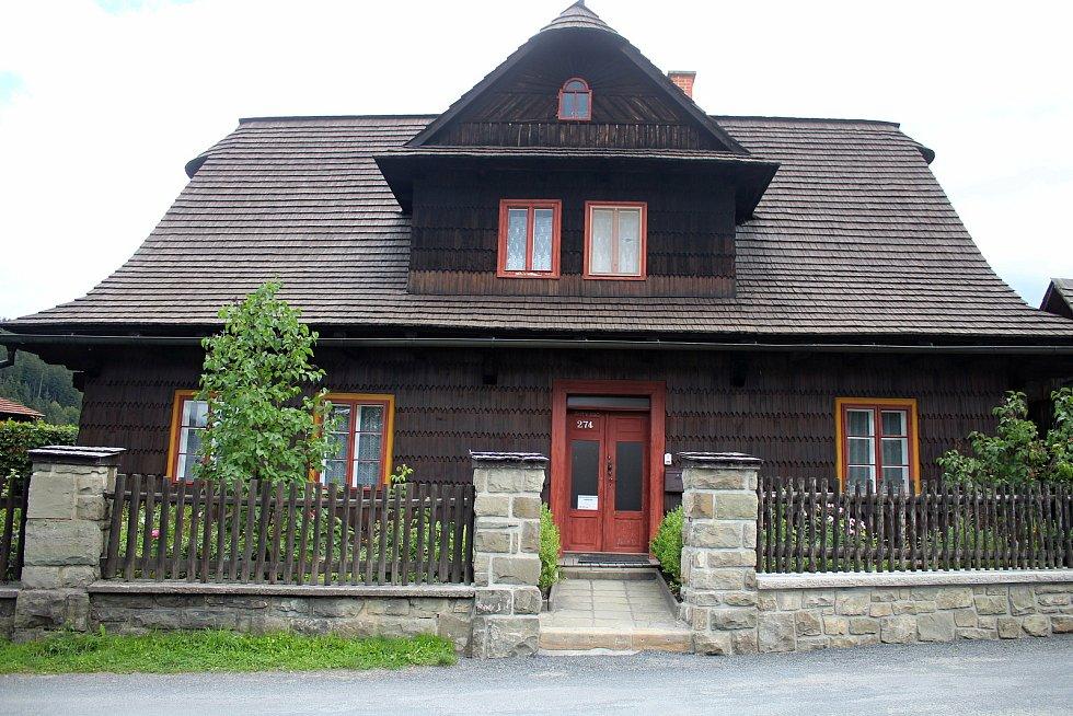 Velké Karlovice se těší velké oblibě turistů. Výjimkou nebyl ani poslední prázdninový týden roku 2020. Pohledu zvědavců neunikne místní fara - ordinace doktora Martina ve stejnojmenném seriálu.