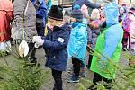 Mikuláši a čerti v tradičních maskách si dali dostaveníčko 3. prosince 2018 v centru Vsetína. Konal se tu Mikulášský den. Děti z mateřinek si zdobily své stromky.