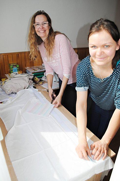 Pracovnice sociálních služeb Mozaika a Pramínek spadající do portfolia služeb Diakonie Vsetín šijí ochranné roušky pro klienty domovů.