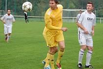 V utkání krajského přeboru Velké Karlovice (žluté dresy) porazily Boršice 1:0.