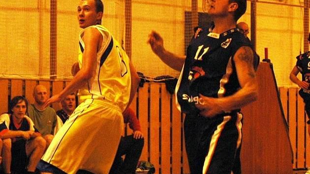 Basketbalista Valašského Meziříčí B a týmu U20 Lukáš Riemer (ve žlutém).