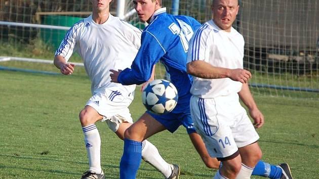 Fotbalisté Kateřinic (světlé dresy) měli celý podzim velké problémy se sestavou, tým kosilo hodně zranění. Nakonec však druhá polovina vyšla týmu skvěle a dostal se až na 9. místo.