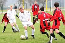 Fotbalisté Dolní Bečvy (bílé dresy) prohráli v Lukově 0:4.