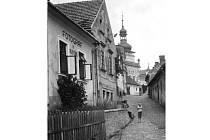 Ulička pod Maštalisky s domem č. 147 fotografa Viléma Šímy.