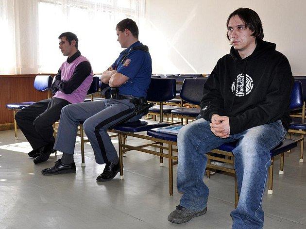U vsetínského okresního soudu začalo líčení se čtveřicí mužů, kteří mají podle obžaloby na svědomí řadu krádeží a vykradení vozů nejen v okrese Vsetín.