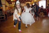 Do Velkých Karlovic se na sobotní karneval sjeli kovbojové, kominíci, princezny i nejrůznější broučci a berušky.