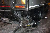 Na železničním přejezdu v Ústí došlo ke střetu nákladního auta zn. Renault (SK) a osobního motorového vlaku.