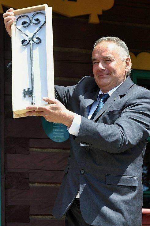 Technický náměstek Národního muzea v přírodě Milan Gesierich se symbolickým klíčem od obnovené chaty Libušín na Pustevnách v Beskydech; čtvrtek 30. července 2020