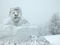 V areálu Pusteven vznikají první sněhové sochy.