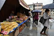 Rožnovský trh na Masarykově náměstí v Rožnově pod Radhoštěm; sobota 22. května 2021