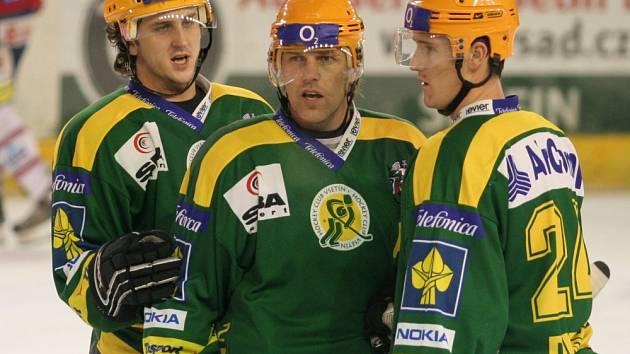 Hokejisté Vsetína: zleva Jiří Kučný, Roman Stantien, Marek Dubec