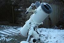 Dalekohled Michaela Kročila z Třebíče po pozorovací noci. I když je březen, pořád ještě mrzne.