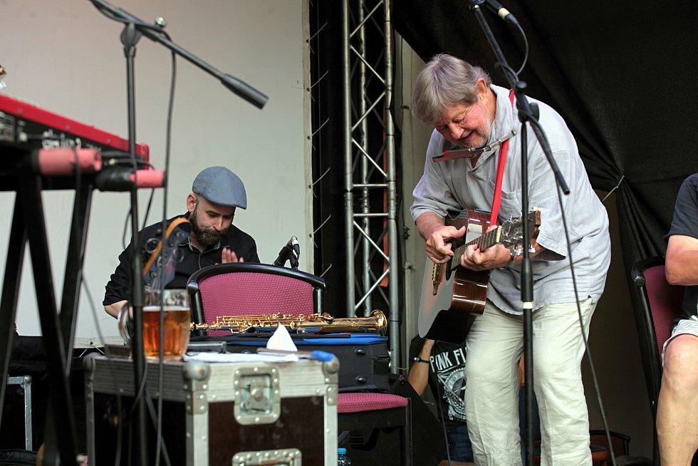 Trio Vladimír Merta & Jan Hrubý & Ondřej Fencl koncertuje koncertuje na I. nádvoří zámku Žerotínů ve Valašském Meziříčí na 39. ročníku folk-blues-beat festivalu Valašský špalíček; sobota 26. června 2021
