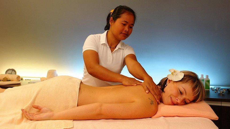 Masáže ve Wellness Horal ve Velkých Karlovicích provádějí maséři například z Thajska, Srí Lanky a Filipín.