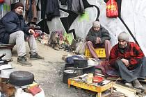 Ve Vsetíně se podařilo bezdomovce už před časem dostat od supermarketů. Ke svému bydlení si ale nacházejí stále další lokality. Ilustrační foto.