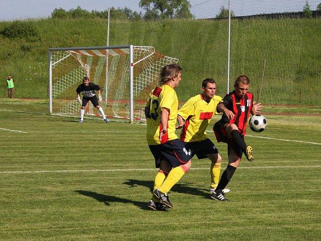 Fotbalisté Valašského Meziříčí (žluté dresy) poslední domácí zápas nezvládli.