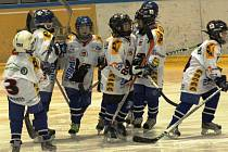 Nejmenší hokejisté Valašského Meziříčí prožívají dobrou sezonu. Tentokrát si malí Bobři poradili ve čtyřech zápasech z pěti se soupeři z Uherského Hradiště.
