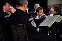Ve Valašském národním divadle v Karolince koncertovala v pátek 3. února 2012 Hudba Hradní stráže a Policie České republiky