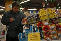 Ve vsetínských prodejnách si lidé doplňovali zásoby pyrotechniky na silvestrovskou noc.