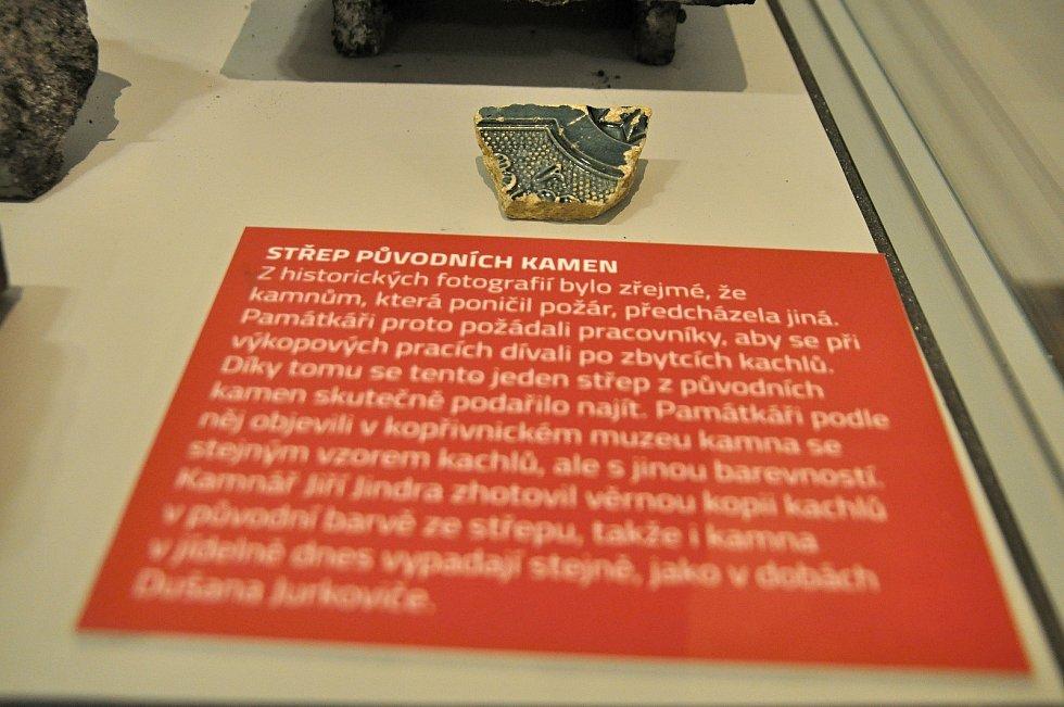 Střep původních kamen z chaty Libušín na Pustevnách; Valašské muzeum v přírodě v Rožnově, Sušák, 1. patro, srpen 2020