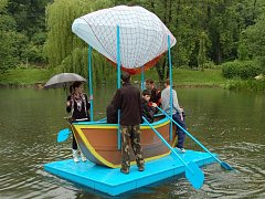 Studenti Střední odborné školy Josefa Sousedíka zkoušeli ručně vyrobenou loď, se kterou se zúčastní závodů na Holešovské regatě.