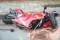 Vážná nehoda ve Valašském Meziříčí, po nárazu do auta utrpěl motorkář velmi těžké zranění.