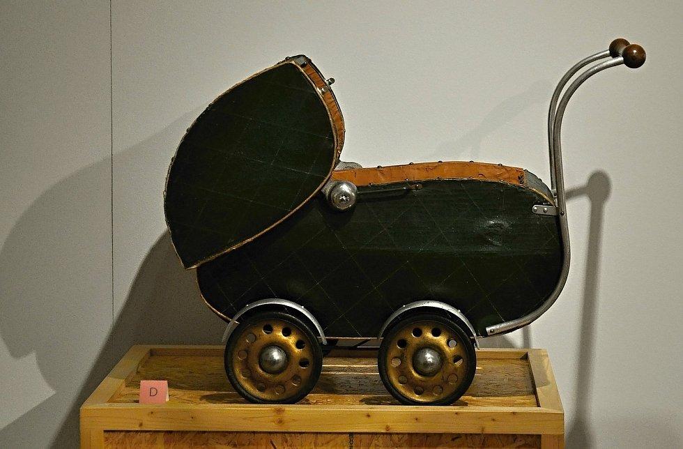 V polovině 30. let 20. století se na scéně objevil nový typ subtilního odlehčeného kočárku s koženkou napnutou v kovovém rámu.