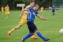 Fotbalisté Velkých Karlovic+Karolinky (žluté dresy) doma remízovali s Přerovem 1:1.