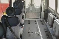Upravený nízkopodlažní autobus s možností převozu vozíčkářů a dalších handicapovaných osob. Od prvního září jej začne využívat Denní stacionář Charity Svaté rodiny v Halenkově.