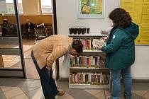 Poličky s knihami k výpůjčce naleznou cestujíci přímo v hale vlakového nádraží ve Valašském Meziříčí.