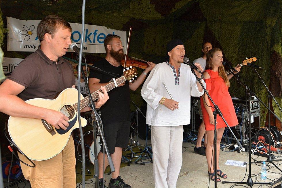 Téměř tři stovky věrných návštěvníků přijely 27. července 2019 i přes uplakané počasí na Pulčín na 24. Amfolkfest.