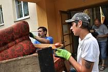 Třiačtyřicetiletý Vsetíňan přišel v pátek 27. května 2011 o městský byt. Radnice jej nechala soudně vystěhovat, na nájemném dlužil takřka 300 tisíc